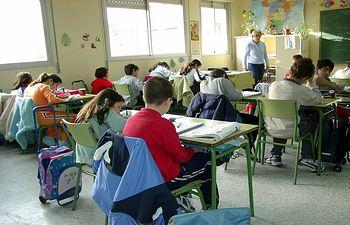 Imagen de una profesora dando clase a sus alumnos.