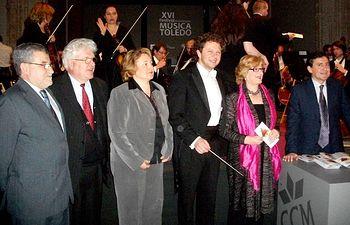La consejera de Cultura, Turismo y Artesanía, Soledad Herrero (2d), junto al director de la Orquesta Sinfónica de Berlín, Martin Panteleev (3d), con motivo del concierto inaugural del XVI Festival Internacional de Música de Toledo. Al acto, celebrado en el Museo de Santa Cruz, también asistieron el vicealcalde de Toledo, Ángel Felpeto (i), la vicepresidenta de la Diputación Provincial, Isidora Fernández (3i) y el director del Festival, Ludmil Anguelov (d).