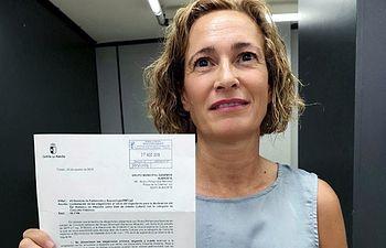 María José Simón, concejala de Ganemos Albacete, con la respuesta de la Junta de Comunidades.