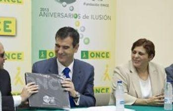 El Alcalde recibe el libro de la ONCE
