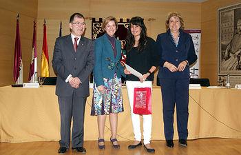La vicepresidenta y consejera de Economía y Hacienda, Mª Luisa Araújo, entrega uno de los premios del concurso 'Juego de Bolsa' de Renta4 y la Universidad de Castilla-La Mancha, hoy en Cuenca.