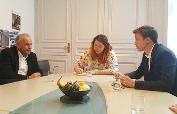 Íñigo Errejón con el alcalde de Ginebra, Rémy Pagani, y la concejala de proyectos, Manuela Honogge