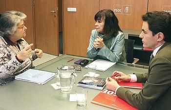 Narbona y Casares con la presidenta Asociación de Víctimas del accidente de Spanair.