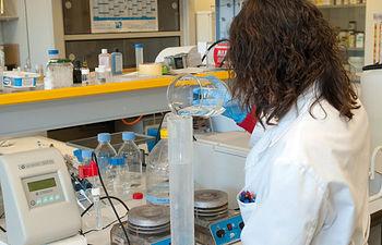 El objetivo para 2011 es establecer una plataforma de expertos en divulgación científica dentro del Instituto para que la información sea entendida de manera correcta entre la población. Foto: Una investigadora en los laboratorios del IDINE.