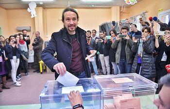 Pablo Iglesias ejerce su derecho al voto. 10N