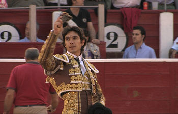 Sebastián Castella, con la oreja obtenida.