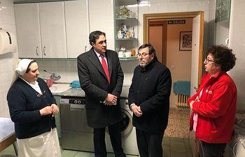 Ángel Mariscal y el concejal de Atención a las Personas e Igualdad han visitado el Centro de Alojamiento de Urgencia.