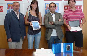 El decano y el representante de Milrayas, con dos de los ganadores