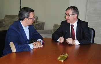 Marcial Marín se reúne con el alcalde de Alcázar de San Juan. Foto: JCCM.