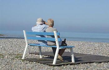 Mayores en la playa. Foto: EFE.