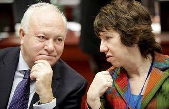 El ministro español de Asuntos Exteriores, Miguel Ángel Moratinos, y la jefa de la diplomacia europea, Catherine Asthon. EFE