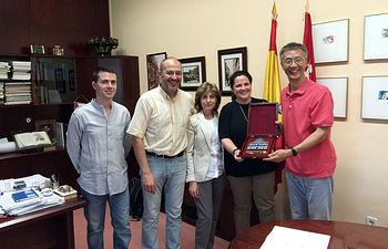 Jianrong Sun con representantes de la UCLM