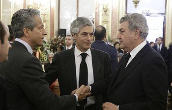 El presidente del Congreso se despide de los familiares de Adolfo Suárez. Foto: Congreso de los Diputados.