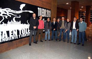 El director general de Promoción Cultural, Rafael de Lucas (3i) junto al director de la Muestra de Cine Independiente y Fantástico de la Ciudad de Toledo, Javier Perea (i), durante la sección dedicada a la exhibición de los cortometrajes realizados en Castilla-La Mancha. En la imagen, acompañados por algunos de los directores de estos cortos.