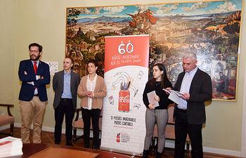 José Luis Vega recibe a la ganadora provincial del concurso Jóvenes Talentos 2019, de la Fundación Coca-Cola.