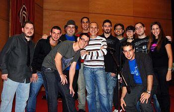 Los participantes en el certamen junto al organizador y los humoristas González de Vega, Miranda y Bermúdez.