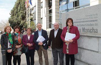 Balazote entrega a Cospedal las 1.100 firmas recogidas pidiendo que se reanuden las obras del centro de salud