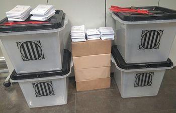 Primeras urnas y papeletas incautadas por @policia, en Barcelona. Los agentes continúan despliegue en Cataluña. Foto: Twitter Ministerio Interior.