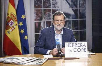 """El presidente del Gobierno, Mariano Rajoy, durante su entrevista en el programa """"Herrera en COPE"""". Pool Moncloa/ Diego Crespo"""