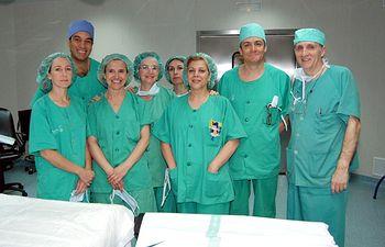 En la imagen los profesionales que han participado en las dos primeras intervenciones quirúrgicas que se han realizado en el Hospital de Talavera de la Reina (Toledo), entre ellos, los jefes de servicio de Cirugía de los hospitales de Talavera yAlcázar de San Juan, Jesús Timón (1d) y Carlos Moreno (2d), y las doctoras Sagrario Martínez Cortijo (2i) y Teresa Calderón Duque (1i).