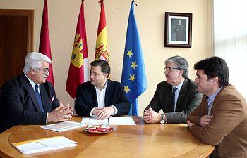 Manuel Serrano durante la reunión mantenida con el presidente de FECAM.