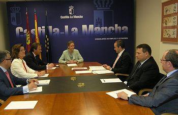 Carmen Casero con los representantes de las cámaras de comercio de la región. Foto: JCCM.
