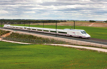 El Gobierno de la Nación trabaja para conseguir, en el año 2020, que el 90% de la población española se encuentre a menos de 50  kilómetros de una estación de alta velocidad. Foto: Tren AVE modelo S-112