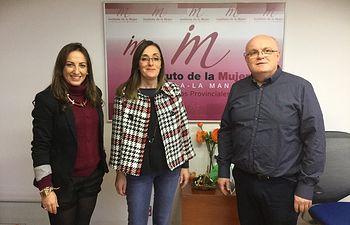 El delegado de la Junta, Pedro Antonio Ruiz Santos; la directora del Instituto de la Mujer en Albacete, Mercedes Márquez y la alcaldesa de Molinicos, María Dolores Serrano mantuvieron una reunión en la Casa Perona.