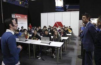 José Manuel Soria durante la visita a CyberCamp 2015 (EFE). Foto: EFE / Juan Carlos Hidalgo.