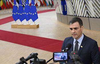 El presidente del Gobierno, Pedro Sánchez, atiende a los medios de comunicación antes del comienzo de la reunión extraordinaria del Consejo Europeo. Foto: fotobpb