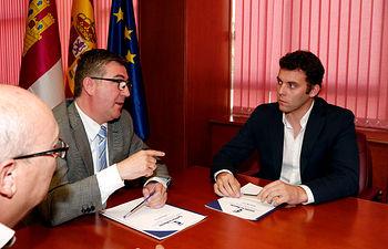 Marcial Marín mantiene una reunión con Jesús Carballo 1. Foto: JCCM.