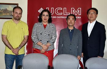 La vicerrectora y el profesor Tapiador con los responsables de la KMA.