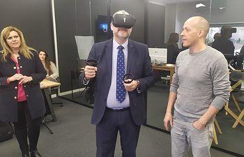 El vicepresidente de C-LM, José Luis Martínez Guijarro, usando unas gafas de realidad virtual. Foto: Europa Press 2020