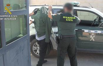Detienen a dos hombres, uno por tráfico de drogas y otro por intentar robárselas utilizando un arma de fuego