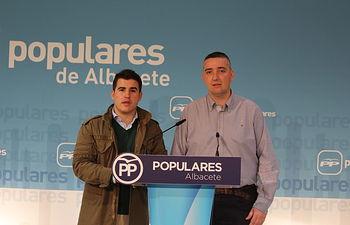 El presidente del Comité Organizador del Congreso, Kiko Jiménez, y el candidato único, Juan Carlos González.