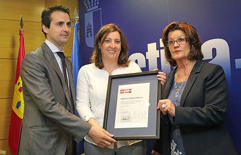La consejera de Economía, Empresas y Empleo, Patricia Franco, entregando el sello EIBT. Foto: JCCM.