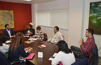 Momento de la reunión mensual entre el Ayuntamiento y ACEPA, celebrada este martes. Foto: Álvaro Díaz Villamil/ Ayuntamiento de Azuqueca de Henares