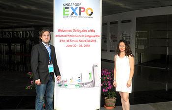 En la imagen los ginecólogos del Hospital General de Ciudad Real, Vanesa Zornoza y Ángel Luengo, que han participado en el Congreso Mundial sobre Cáncer celebrado en Singapur.