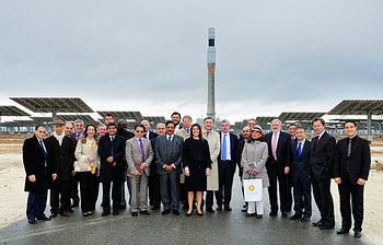 21 representantes del Cuerpo Diplomático en Gemasolar (foto del Ministerio de Asuntos Exteriores y Cooperación)