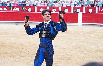 Sebastián Castella paseando las dos orejas de su segundo toro en la corrida de la Feria Taurina de Albacete del 10-09-16