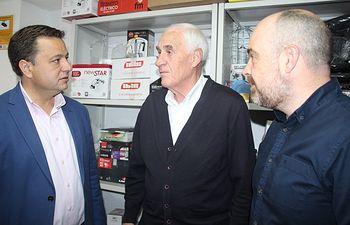 Serrano visita varios comercos albaceteños.