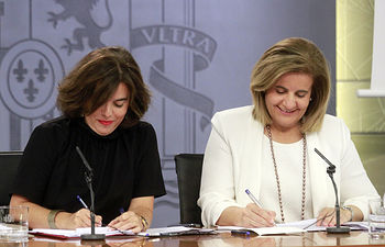 La vicepresidenta del Gobierno en funciones, Soraya Sáenz de Santamaría, y la ministra de Empleo y Seguridad Social en funciones, Fátima Báñez, durante la rueda de prensa posterior al Consejo de Ministros.