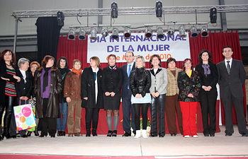 La directora del Instituto de la Mujer, Ángela Sanroma, y el Presidente de las Cortes, Francisco Pardo, junto a las empresarias de la zona de La Manchuela que fueron reconocidas en un acto conmemorativo del Día Internacional de las Mujeres celebrado en Casas de Ves (Albacete).
