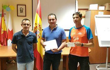 Cruz Roja en Tomelloso recibe la aportación de 360€ del Club de Atletismo de Argamasilla de Alba, recaudados a través de su carrera popular