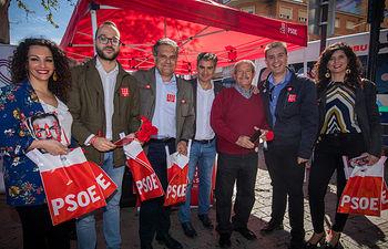 Mesa informativa del PSOE en el mercadillo de Los Invasores