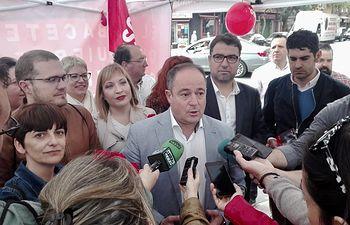 Emilio Sáez en la mesa informativa instalada por el PSOE en el Mercado de Los Invasores.
