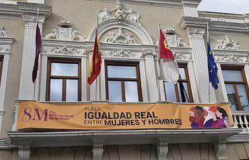 Pancarta instalada en el balcón del Ayuntamiento de Guadalajara.