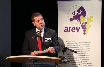 El presidente de Castilla-La Mancha, Emiliano García-Page, preside la XXVI sesión plenaria de la Asamblea de Regiones Europeas Vitícolas (AREV). (Fotos: Neli González // JCCM)
