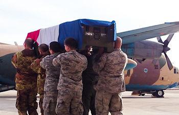 La bandera francesa cubría cada uno de los nueve féretros. Foto: Miriam Martínez.