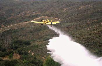 Andalucía envía el avión de carga en tierra Alfa 6, un Air Tractor AT-802, posicionado en la pista de BeasDeSegura (Jaén), hacia El Bonillo (Albacete) a solicitud de Plan INFOCAM. Foto: Twitter INFOCAM.